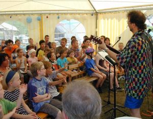 Kinder singen im Zelt