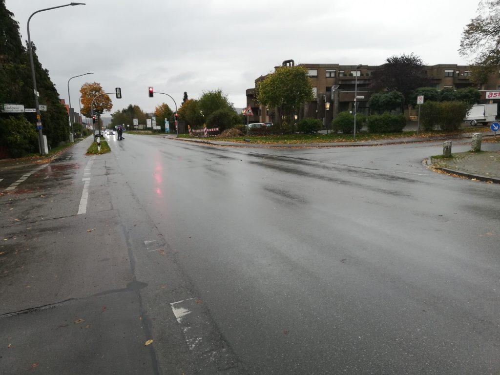 Breite Fahrbahn lässt Platz für Fahrradstreifen
