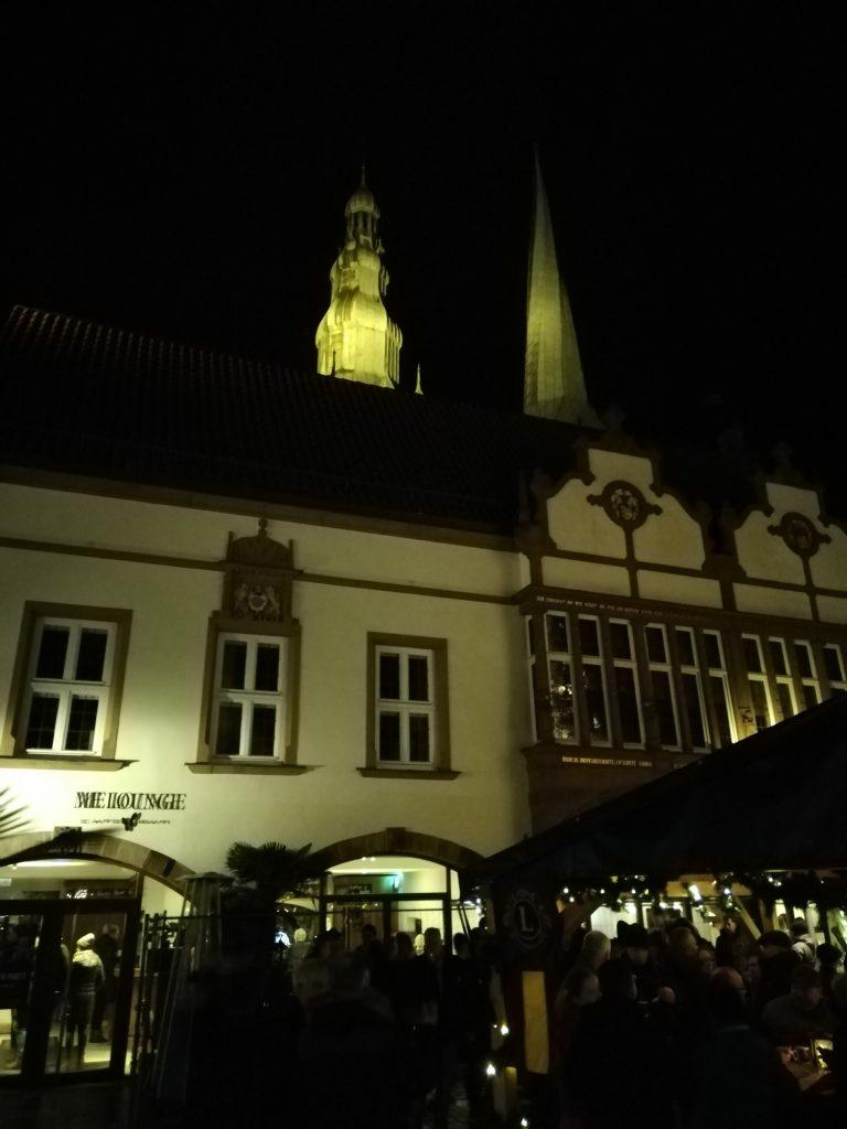 Westseite des Rathaus mit Kirchtürmen von St. Nicolai im Hintergrund